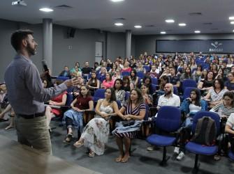 Foto do palestrante e público