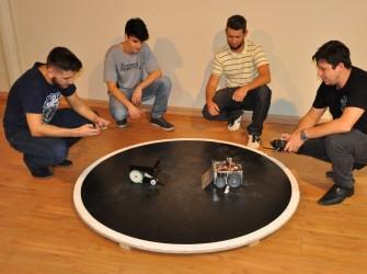 Foto dos alunos com os robôs