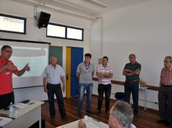 Foto de palestrantes em sala de aula