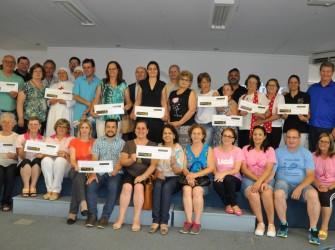 Foto dos representantes das entidades beneficiadas