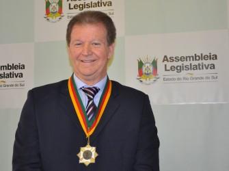Delmar Backes com a medalha
