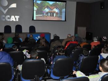 Sessão de cinema na Faccat com crianças e idosos