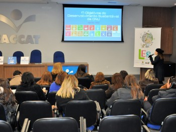 Sabrina Kiszner falando sobre os 17 ODS