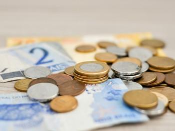 imagem de dinheiro em papel e de moedas