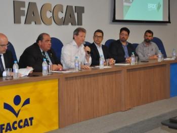 Autoridades discutindo sobre desenvolvimento regional