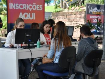 Alunos realizando a inscrição no Conexão Faccat