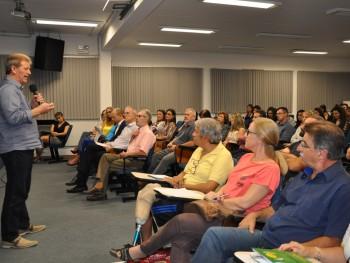 Delmar Backes falando com o público