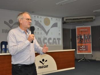 Sérgio Nicolay falando com os acadêmicos