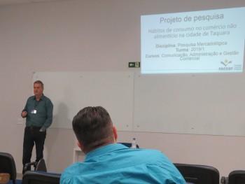 Professor Gerson apresentando o resultado da pesquisa