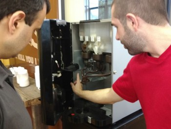 Foto dos alunos utilizando a máquina