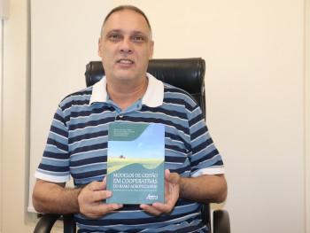 Professor Roberto Morais com a obra