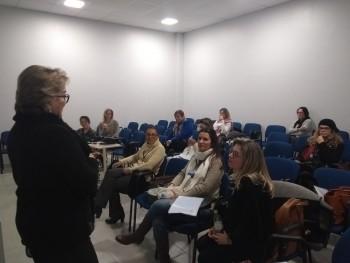 Professora Aneli Paaz conversando com os acadêmicos pesquisadores