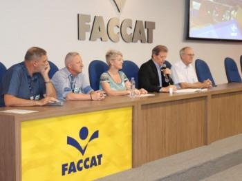 Mesa com autoridades da Faccat