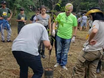 Professor Liceo plantando uma árvore