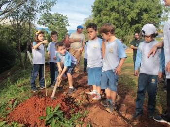 Crianças participando da oficina ambiental