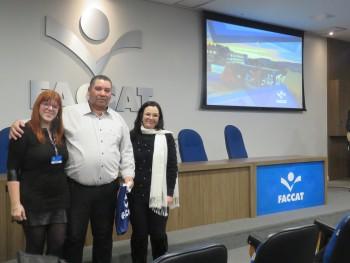 Palestrante Roberto com as professoras Ana Paula e Luciane Raupp