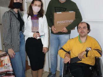 Dionatan com o professor Daniel e com as colegas Bruna e Vitória