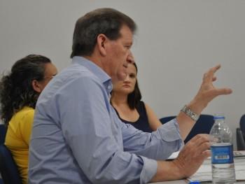 Professor Delmar coordenando uma reunião com os funcionários da Faccat